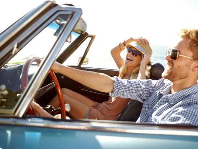 車内で楽し気な外人カップル